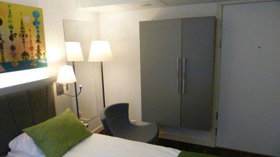 Quality Hotel Waterfront Alesund: Design Schlafzimmer mit etwas speziellem Schrank