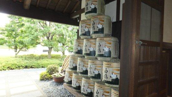 Hakutsuru Sake Brauereimuseum: Barrels at the entrance