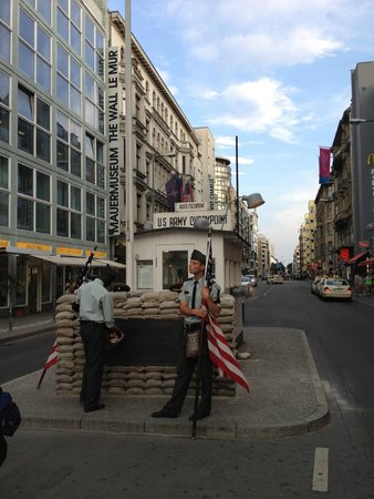 Mauermuseum - Museum Haus am Checkpoint Charlie: Checkpoint Charlie Berlin