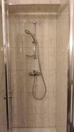 Litwor Hotel: Basic Shower