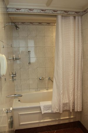St. James' Court, A Taj Hotel : Shower with curtain