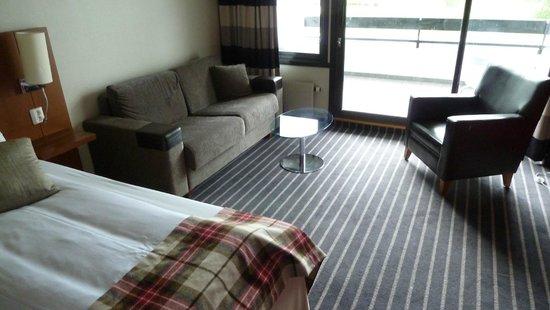 Scandic Sunnfjord Hotel & Spa: Sitzecke im Zimmer mit Balkon