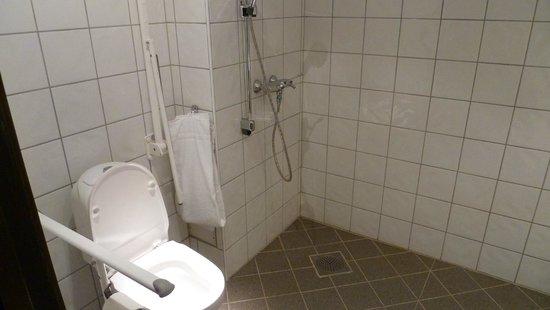 Scandic Sunnfjord Hotel & Spa: Behindertengerechte Nasszelle