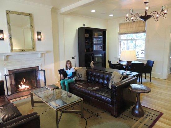 Inn at the Presidio: Le salon-réception de l'hôtel avec toujours le feu de cheminée