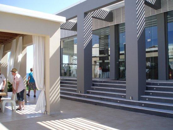 Sentido Ixian All Suites: Suite-restauranten og loungeområde foran