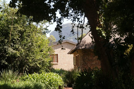 Mount Azimbo Lodge: View to cottage
