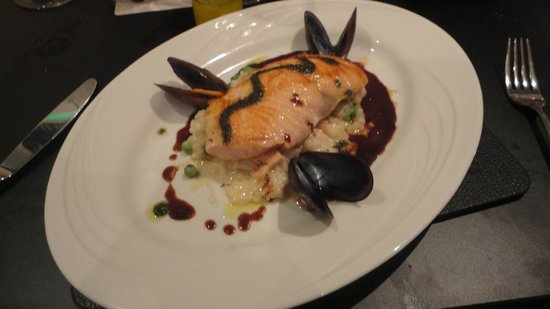 Kristian's Restaurant: The Grilled Salmon served on a bed of Pea & Shrimp Risotto with Mussels on the side