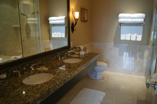 River Rock Casino Resort : Bathroom in penthouse suite