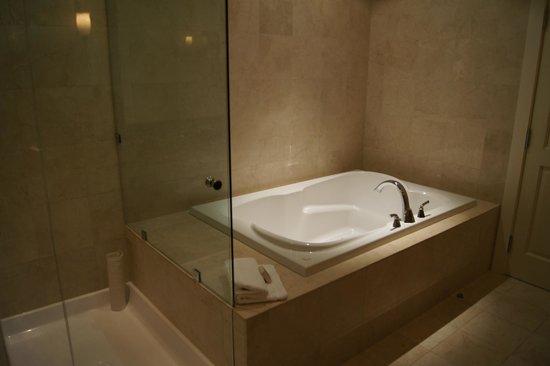 River Rock Casino Resort : Bath in the penthouse suite
