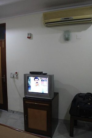 Hotel Tara Palace Chandni Chowk: TV & Aircon in our room