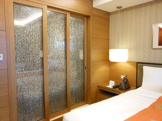 InterContinental Saigon Hotel: Puerta corrediza preciosa que separa al baño de la habitación