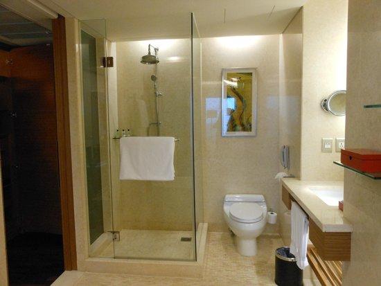 InterContinental Saigon Hotel: Baño amplio, cómodo y lujoso
