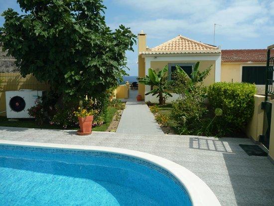 Casa do Velho Dragoeiro: Vista piscina e exterior do quarto