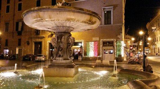 Al Centro di Roma B&B: Square fountain across from the B&B