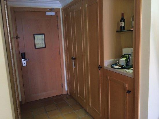 Praia D'El Rey Marriott Golf & Beach Resort: Bedroom by the entrance