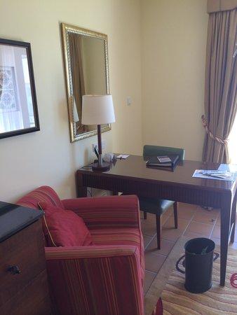 Praia D'El Rey Marriott Golf & Beach Resort: Desk area- bedroom