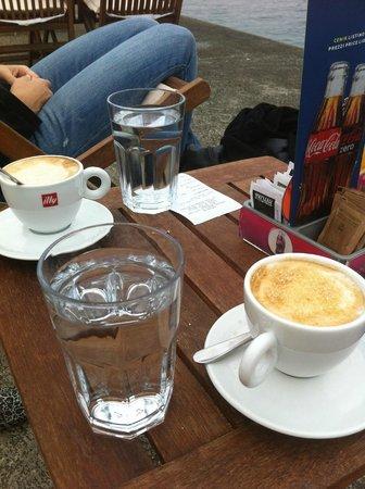 Cafe con el tipico vaso de agua que te ponen en eslovenia - Vaso con agua ...