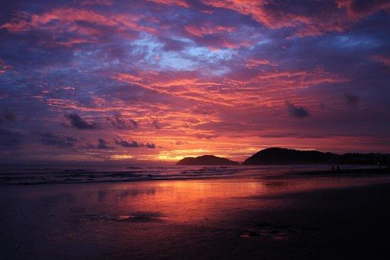 Jaco Laguna Resort & Beach Club: Incredible sunset from beach