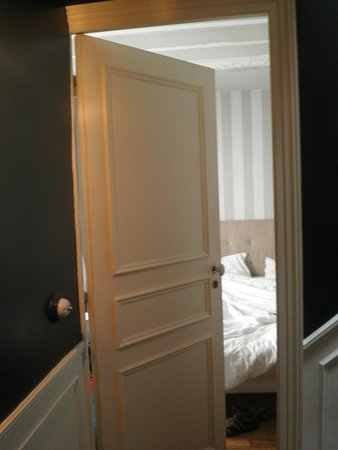 L'Hotel Particulier : Entering the room