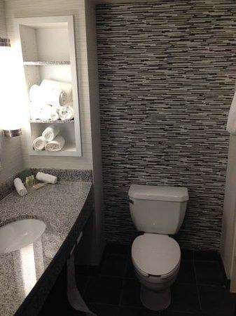 Holiday Inn Hotel & Suites, Williamsburg-Historic Gateway: beautiful bathrooms 2bed 2 bath suite