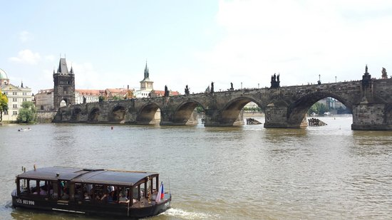 Musée Franz Kafka : View of the Charles Bridge from the museum yard