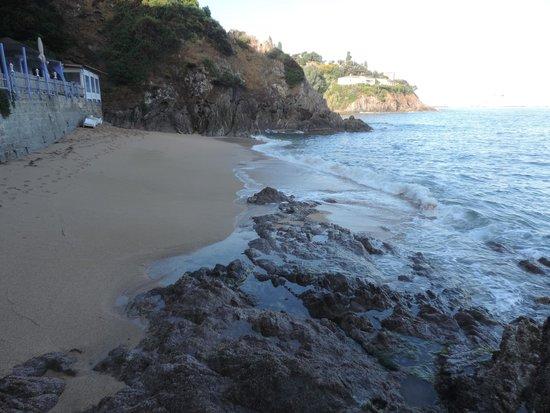 Hotel Roc e Mare: plage privée du roc e mare