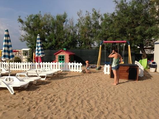 Hotel Conchiglia: spiaggetta privata con giochi per bambini