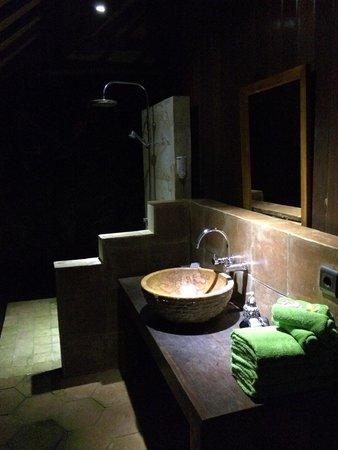 Exclusive Bali Bungalows: Salle de bain en extérieur