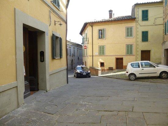 Residenza Palazzo Saloni: Hotel Entrance to the Left