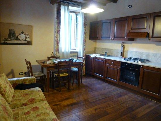 Residenza Palazzo Saloni: Kitchen-Living Area