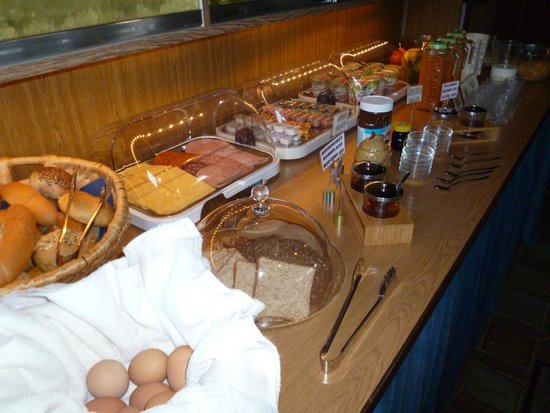 Gaestehaus am Berg: Buffet breakfast