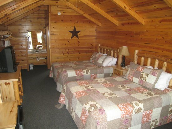 Bryce Canyon Inn: Inside the cabin room (2 queens