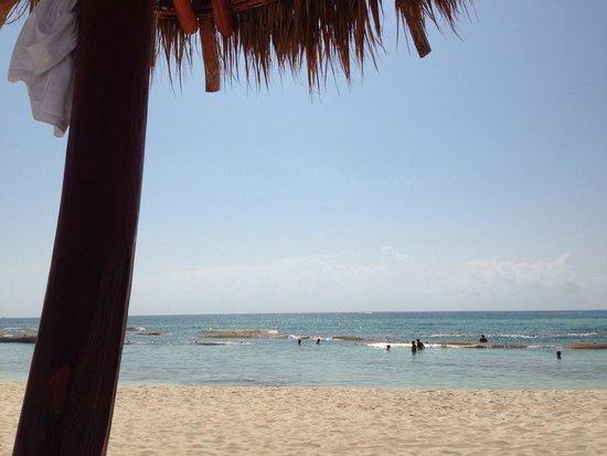 Grand Bahia Principe Tulum : Spiaggia davanti il villaggio