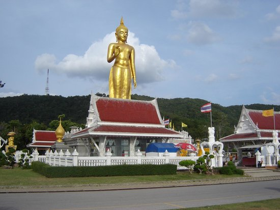 Хат-Яй, Таиланд: Huge standing golden Buddha