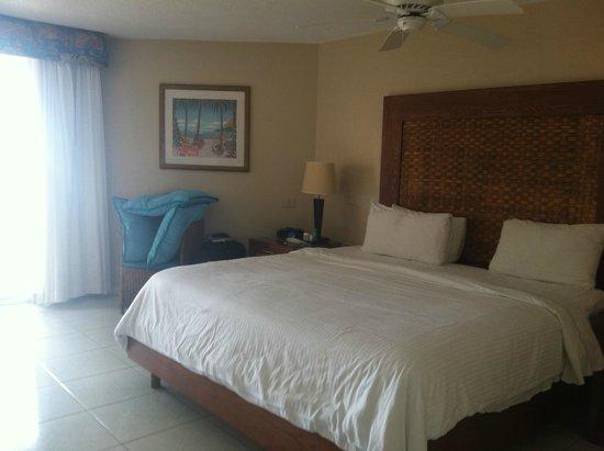 Divi Aruba Phoenix Beach Resort: King size bed in large bedroom