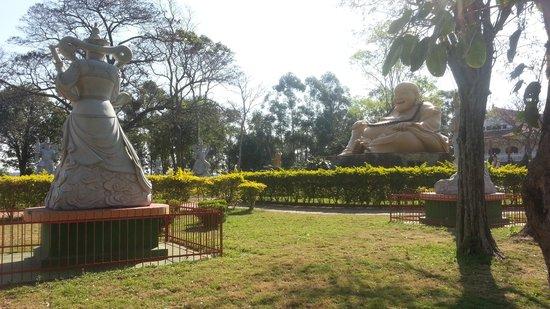 Buddhist Temple: Muitas estátuas
