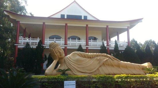 Buddhist Temple: O buda deitado e o templo.