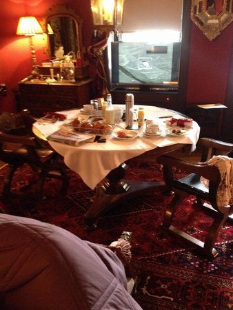 The Witchery by the Castle : Breakfast in the turret watching the TV which rises out of the windowsill
