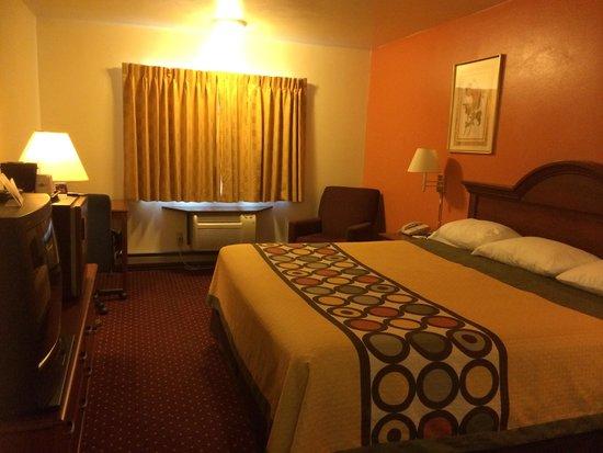 Super 8 Eau Claire WI: Room