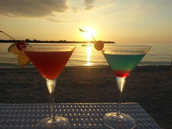 MAHAMAYA Gili Meno : Happy hour at sunset on Mahamaya beach