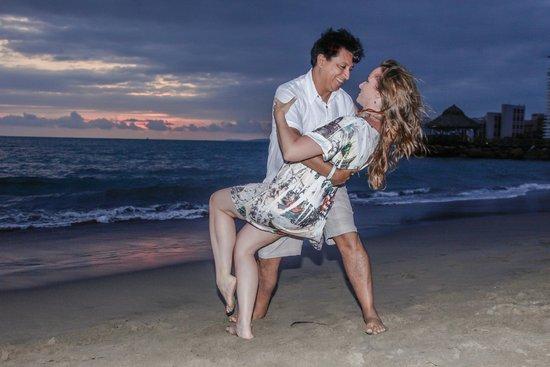 Crown Paradise Golden Resort Puerto Vallarta: Dance dip? Si por favor!