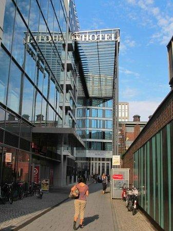 Eurostars Berlin Hotel: entry to the hotel
