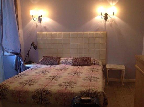 La Residenza dell'Orafo: Arredamento moderno e curato della camera
