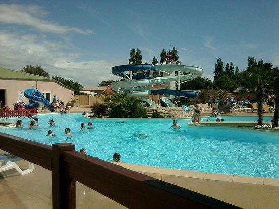 Camping Dauphins Bleus : piscine exterieure eau a 28°