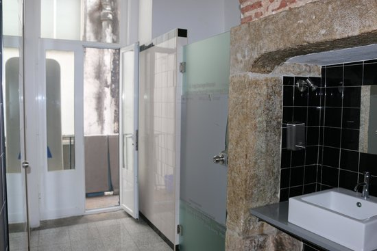 Living Lounge Hostel: Spacious Bathroom