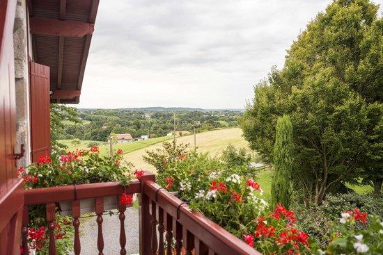 Maison heguia : Balcon avec vue sur les champs