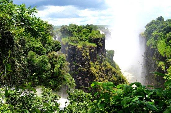 Mosi-oa-Tunya / Victoria Falls National Park: View that the statue of David Livingstone gazes upon.