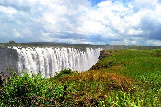 Mosi-oa-Tunya / Victoria Falls National Park: Main falls after the rain forest