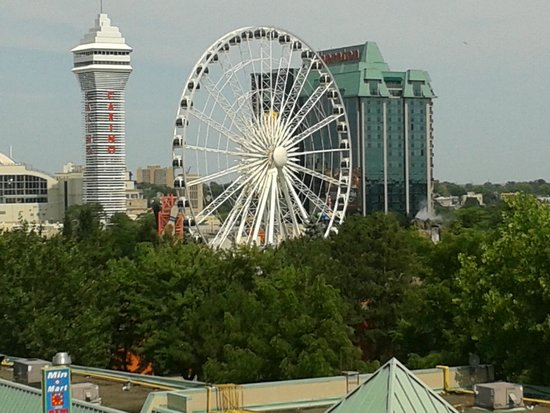 Howard Johnson Hotel by Wyndham by the Falls Niagara Falls: Skywheel view from Balcony.