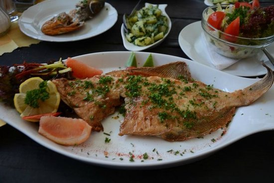Svejk Restaurant Loket: Delicious fish served with potatoes with garlic and spinach